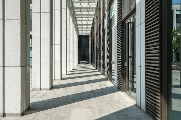 Plaza vuota ed edificio per uffici moderno, qingdao, cina