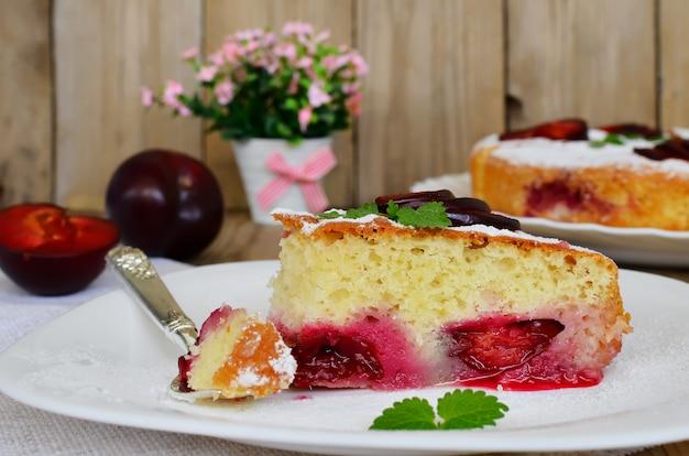 Plum cake sul tavolo di legno