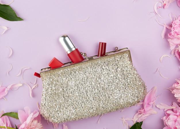 Pochette d'argento aperta e cosmetici caddero dal centro