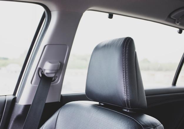 Poggiatesta del seggiolino auto in pelle nera in un'auto di lusso berlina.