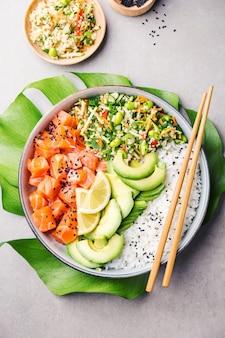 Poke bowl con salmone servito in una ciotola