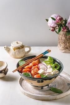 Poke bowl con salmone
