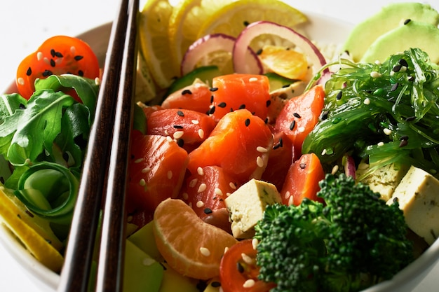 Poke ciotola con salmone islated su sfondo bianco. vista laterale