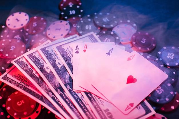 Poker che gioca fiches, carte e denaro con fumo gonfio