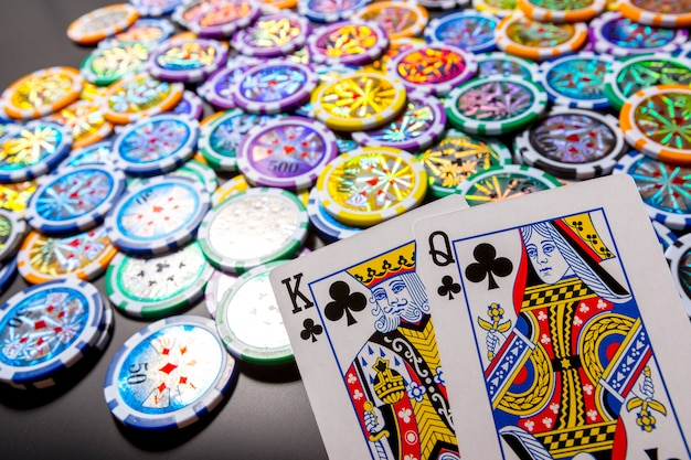 Poker chips e carte su nero