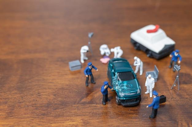 Polizia e detective in piedi davanti all'auto, concetto di indagine scena del crimine