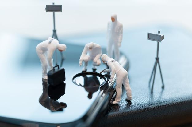 Polizia e detective stanno lavorando su smartphone, concetto di crimini informatici