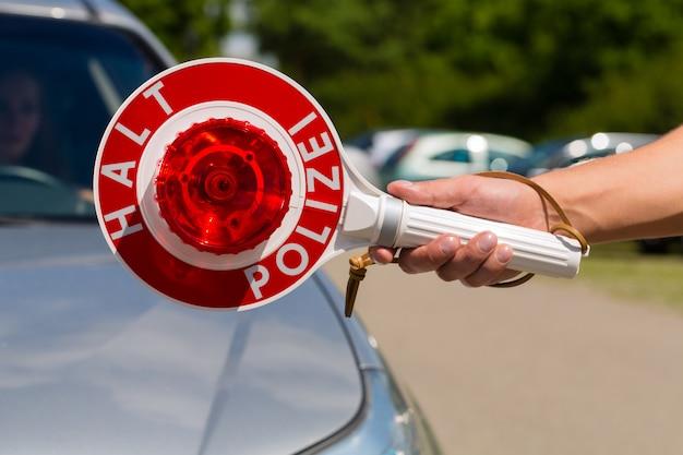 Polizia, poliziotto o poliziotto fermano la macchina