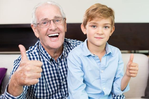 Pollice pensione adulti generazione espressione