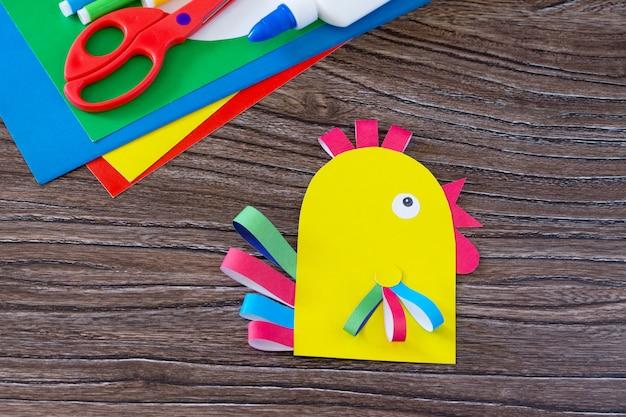 Pollo a base di carta colorata