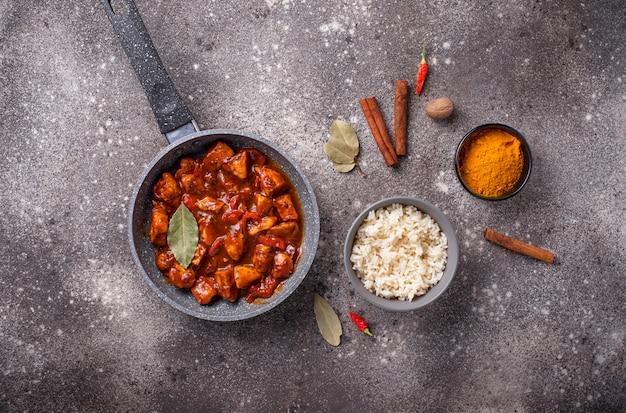 Pollo al curry tikka masala con riso