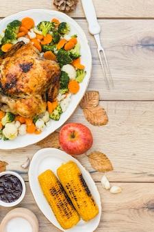 Pollo al forno con calli sulla tavola di legno