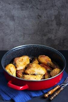 Pollo al forno con mele in padella profonda.