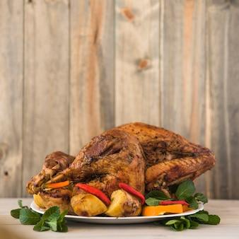 Pollo al forno con verdure sul piatto