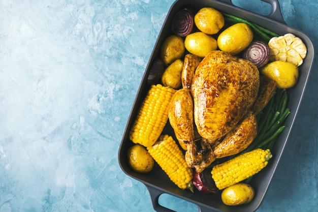 Pollo al forno con verdure sul tavolo