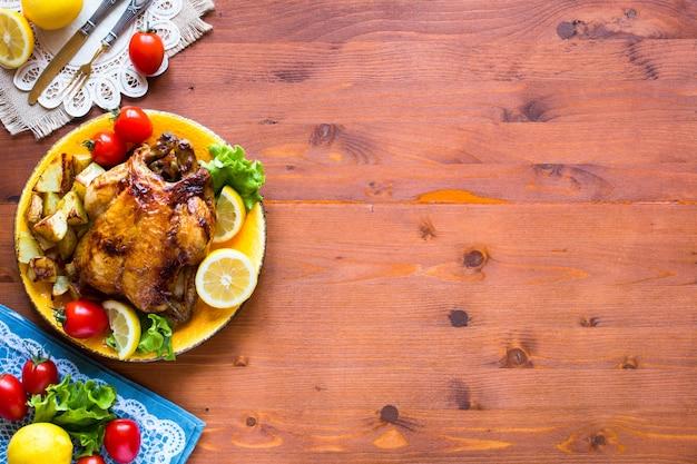 Pollo al forno fatto in casa con limone e patate