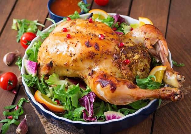 Pollo al forno ripieno di riso per la cena di natale su un tavolo festivo