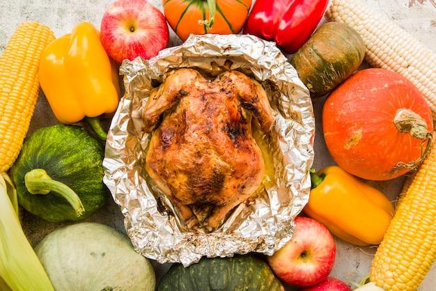 Pollo al forno su sfondo di verdure