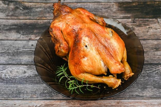 Pollo al forno sulla tavola di legno