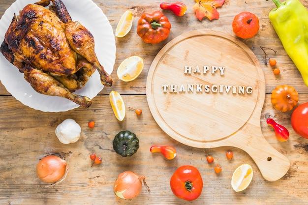 Pollo al forno vicino a verdure e tagliere