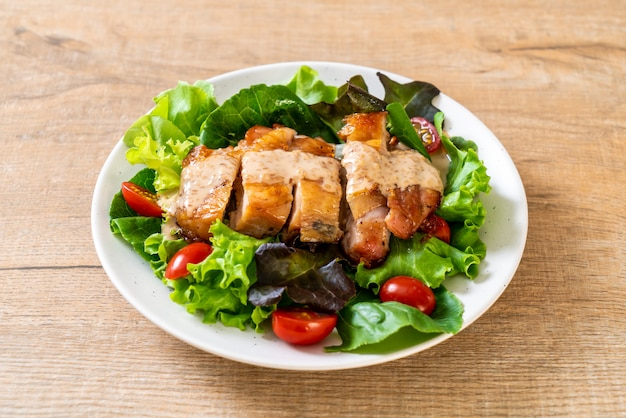 Pollo alla griglia con insalata di verdure