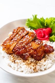 Pollo alla griglia con salsa teriyaki su ciotola di riso sormontata