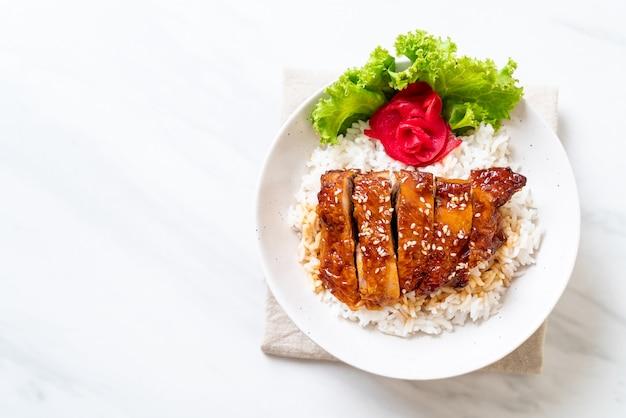 Pollo alla griglia con salsa teriyaki su riso ricoperto