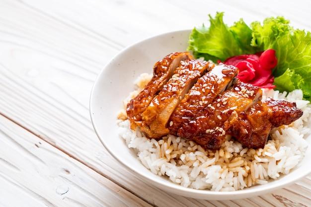 Pollo alla griglia con salsa teriyaki su riso sormontato
