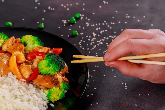 Pollo alla griglia con salsa teriyaki sulla ciotola di riso sormontato