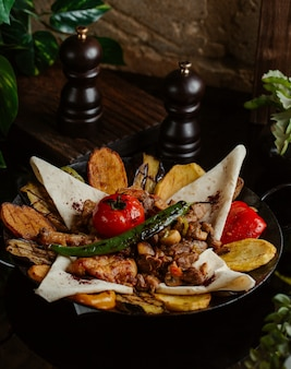 Pollo alla griglia servito in lavash con insalata piccante cotta nel sacco