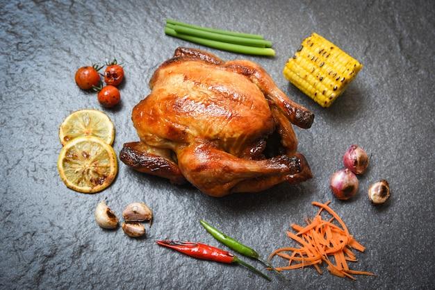 Pollo alla griglia su sfondo scuro piatto con peperoncino grigliato peperoncino piccante di limone