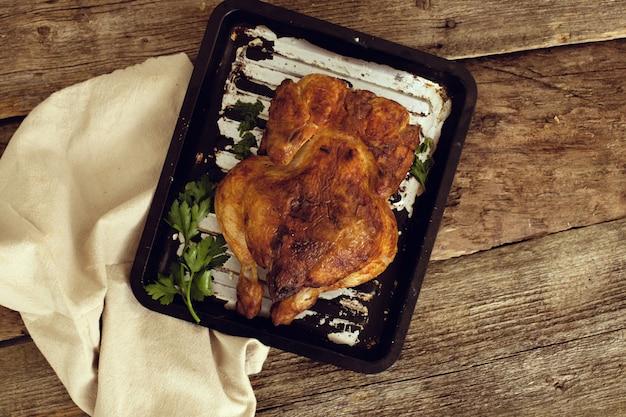 Pollo alla griglia sul vassoio