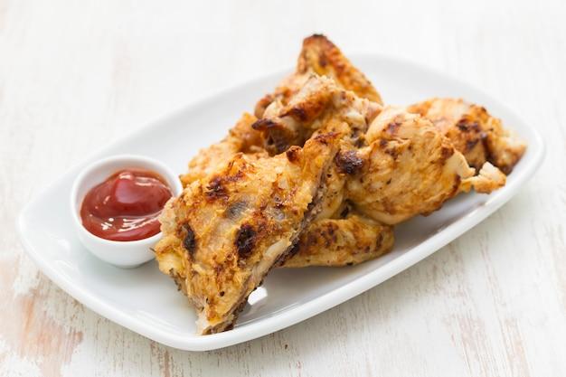 Pollo arrostito con salsa sul piatto
