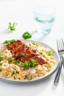 Pollo arrostito del bbq con la cipolla del granoturco dolce del couscous, pranzo sano