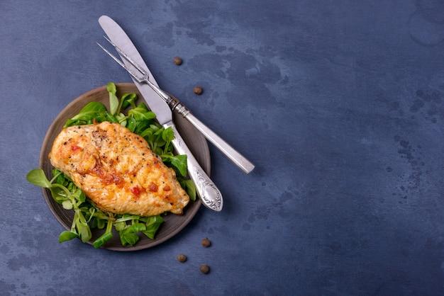 Pollo arrostito del petto con insalata sul piatto