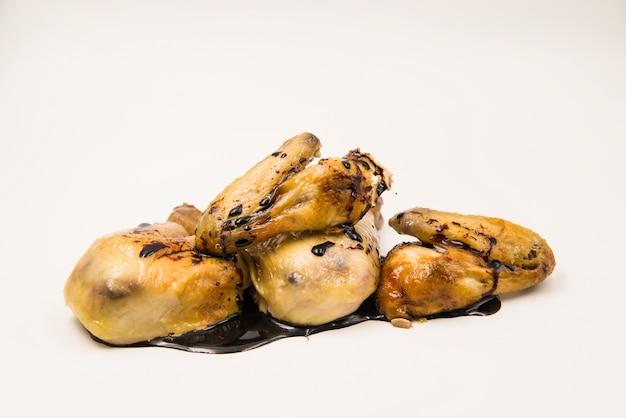 Pollo arrostito saporito con salsa di soia su sfondo bianco