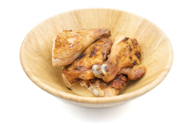 Pollo arrostito tailandese nell'isolato del piatto su fondo bianco, alimento tailandese tradizionale