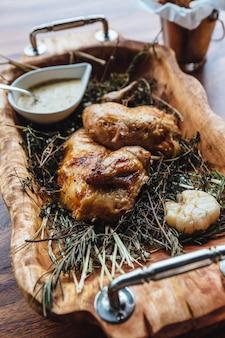 Pollo arrosto con erbe aromatiche, rosmarino e aglio.