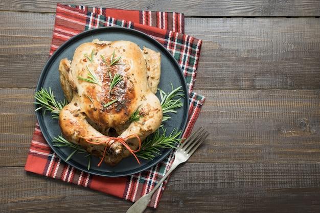 Pollo arrosto di natale con spezie e rosmarino.
