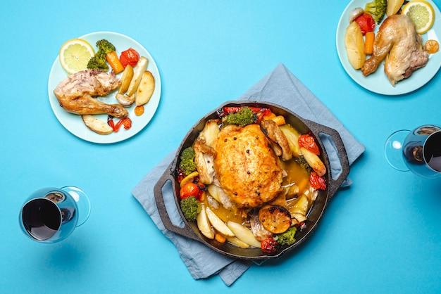 Pollo arrosto e bicchieri di vino
