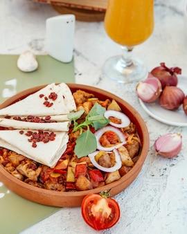 Pollo arrosto e verdure in padella di ceramica