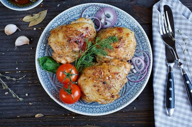 Pollo arrosto e verdure su fondo in legno