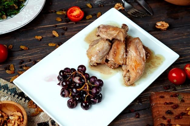 Pollo bollito e una manciata di uva vista dall'alto