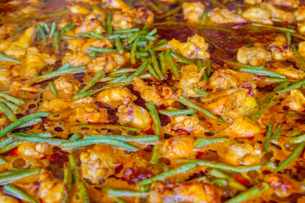 Pollo caldo e piccante e curry di cowpea