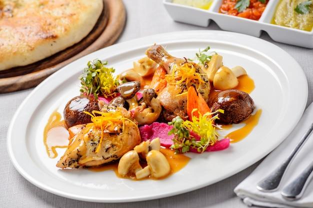 Pollo con funghi e verdure grigliate