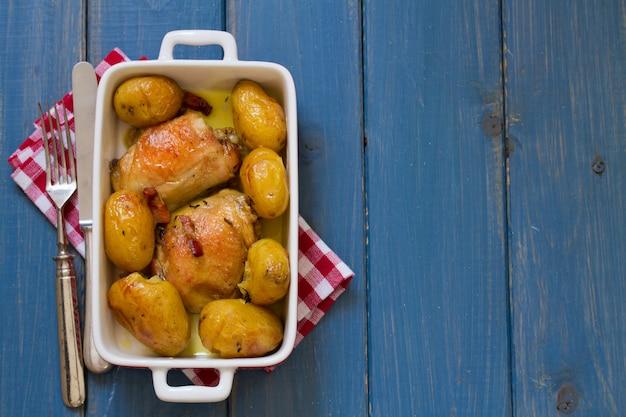 Pollo con patate nel piatto