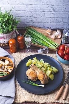 Pollo con patate, pomodori salati e funghi in salamoia