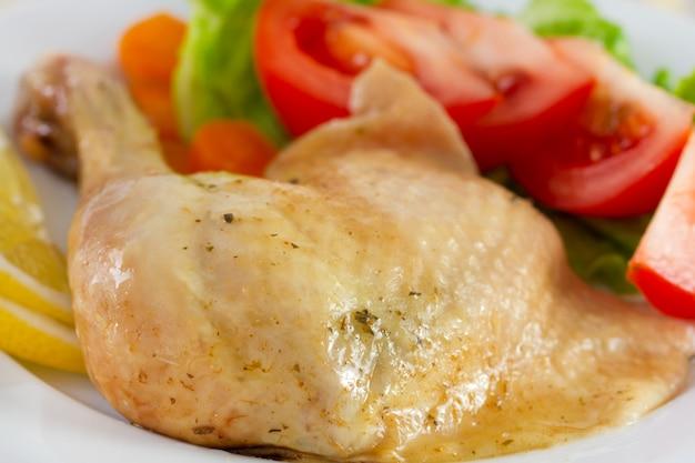 Pollo con verdure e insalata