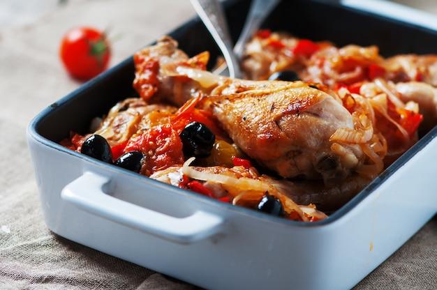 Pollo cotto con pomodoro, cipolla, pepe e olive