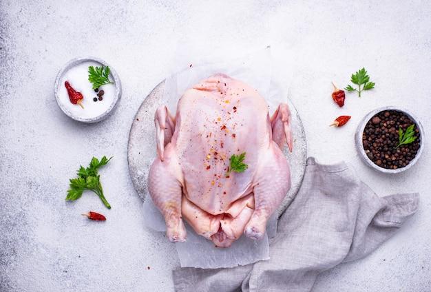 Pollo crudo con erbe e spezie